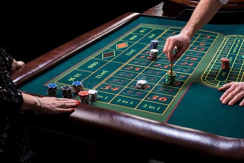 Croupier hinter Spieltisch in einem Kasino lizenzfreies stockbild