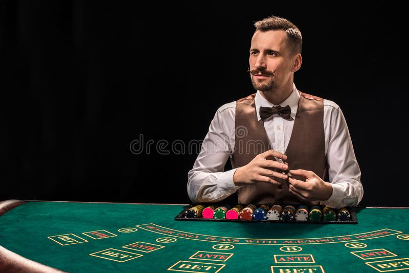 Croupier hinter Spieltisch in einem Kasino stockfoto