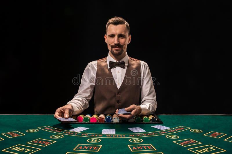Croupier hinter Spieltisch in einem Kasino lizenzfreies stockfoto