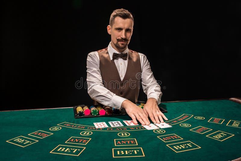 Croupier hinter Spieltisch in einem Kasino stockfotos