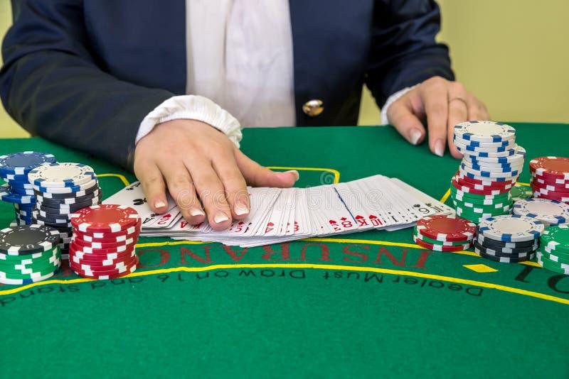 Croupier mit Chips und Spielkarte lizenzfreie stockbilder