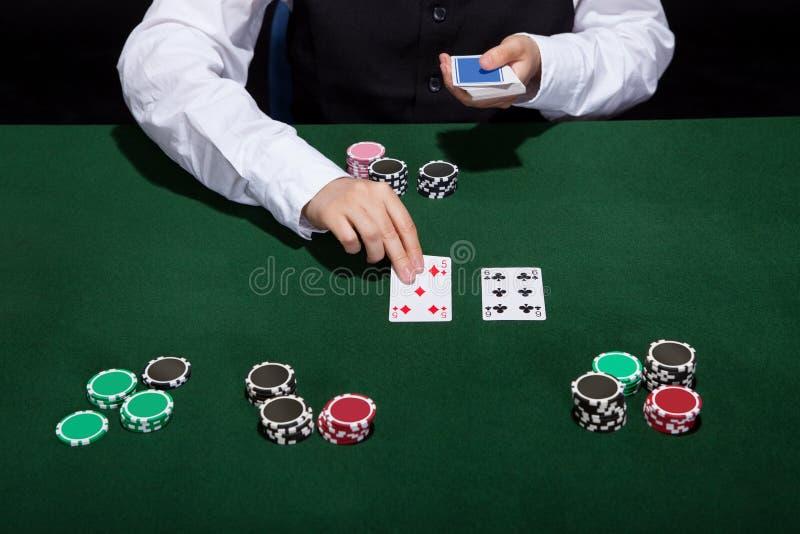 Croupier que negocia cartões imagens de stock royalty free