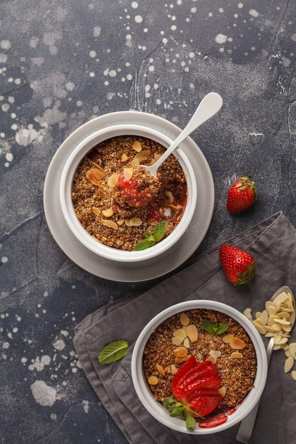Croustillant fait maison de fraise de petit déjeuner Mini gâteau de baie avec le stra photo libre de droits