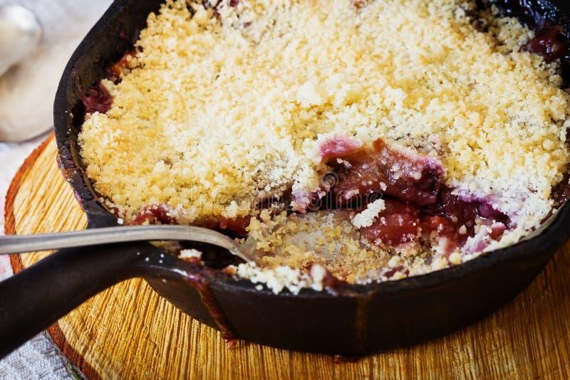 Croustillant fraîchement cuit au four de prune image stock