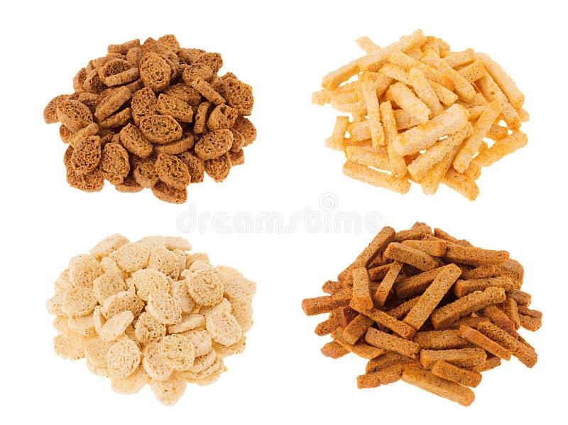 Croutonsammlung - Weizen, Roggen schnitt Brot in den Haufen, die auf weißem Hintergrund lokalisiert wurden lizenzfreie stockfotografie
