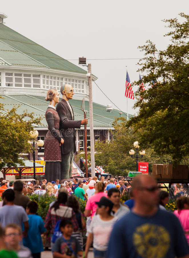 Free Crowd And American Gothic Sculpture At Iowa State Fair Royalty Free Stock Images - 43675609