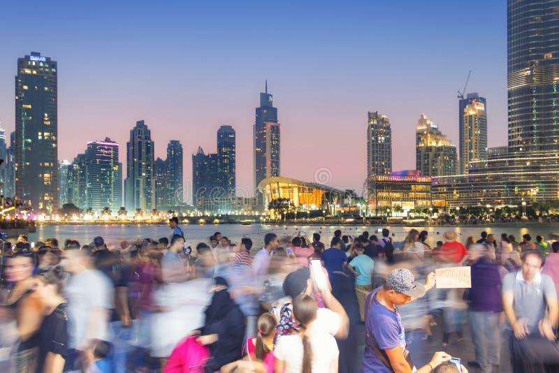 Crowd photographs the Dubai skyline. DUBAI, UNITED ARAB EMIRATES - 28 Ott, 2016: Outside the Dubai Mall. People photographing the Burj Khalifa, the highest