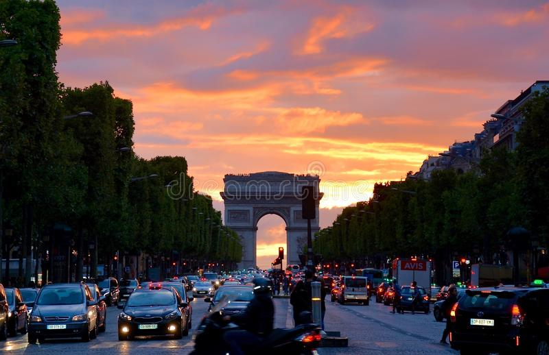 Crowded Street with Cars Along Arc de Triomphe stock fotografie