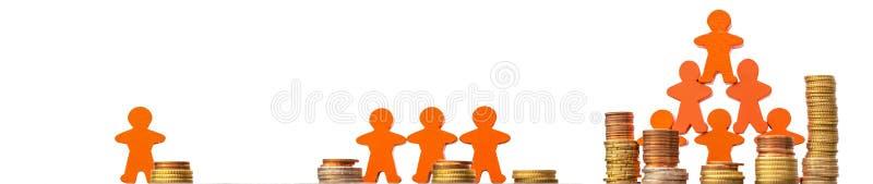 Crowdfunding als Weise der Finanzierung von den Geschäftsideen dargestellt mit Münzen und hölzernen Zahlen vor einem weißen Hinte stockfoto