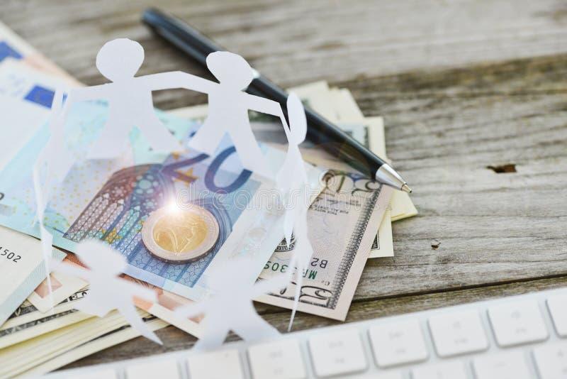 Crowdfunding o folla che investe concetto con la catena umana del cerchio su denaro contante immagine stock