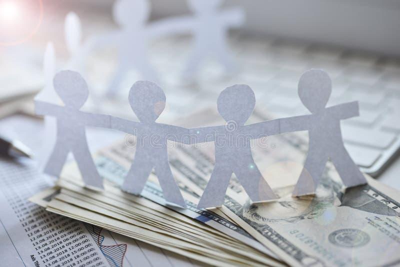 Crowdfunding o folla che investe concetto con la catena umana del cerchio su denaro contante fotografia stock