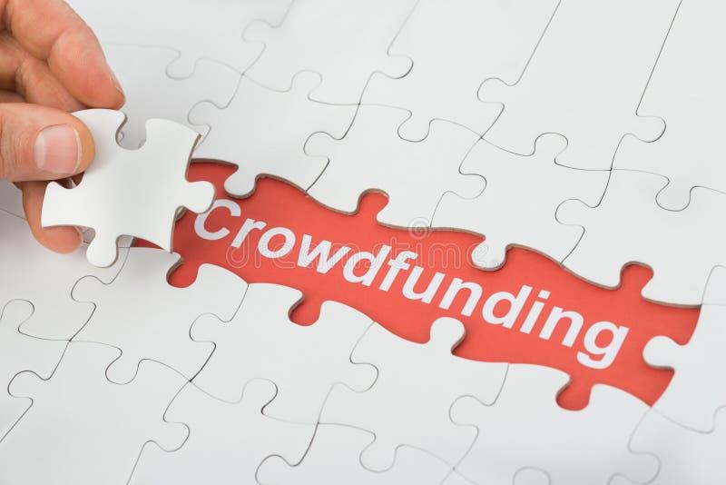 Crowdfundingstekst onder het raadsel van de kaliberzaag stock afbeelding