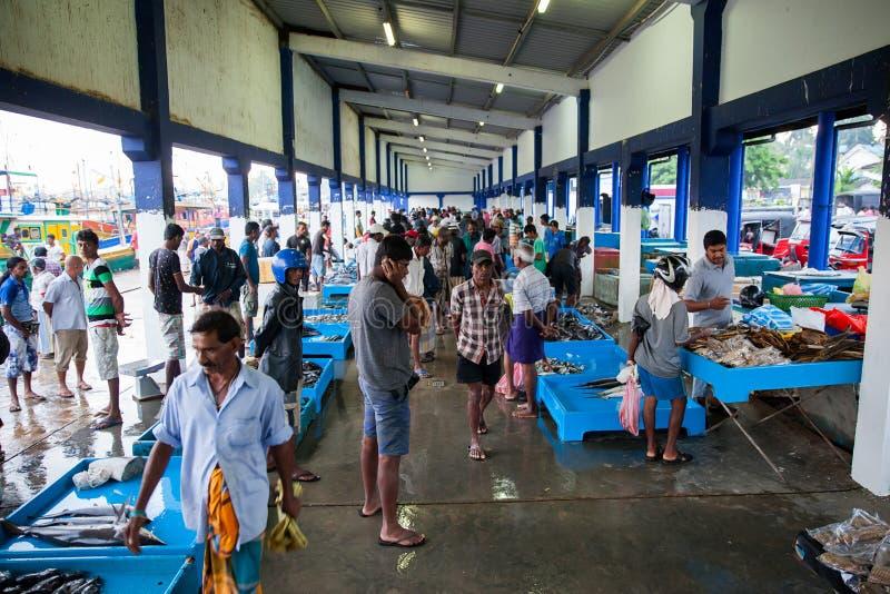 Crowdon στην αγορά που αγοράζει τα ακατέργαστα ψάρια στοκ φωτογραφία με δικαίωμα ελεύθερης χρήσης