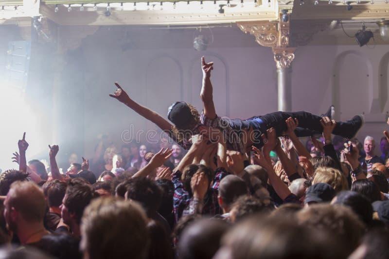 Crowdsurfing em um concerto de rocha fotografia de stock