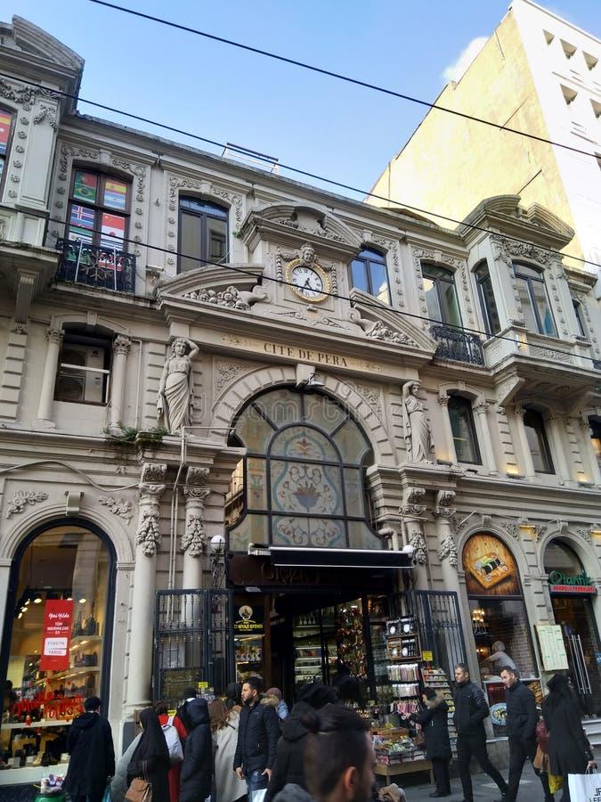 Crowdy街道和华美的大厦与许多外部细节 免版税库存照片
