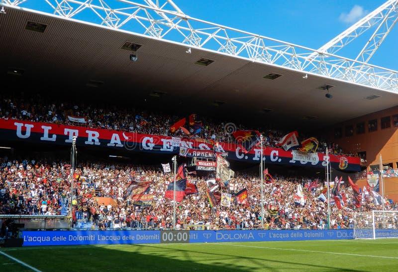 Crowdy ställningar under en fotbollsmatch av Genoa Cricket och fotboll klubbar 1893, i Luigi Ferraris Stadium av Genua, Genova It royaltyfria bilder