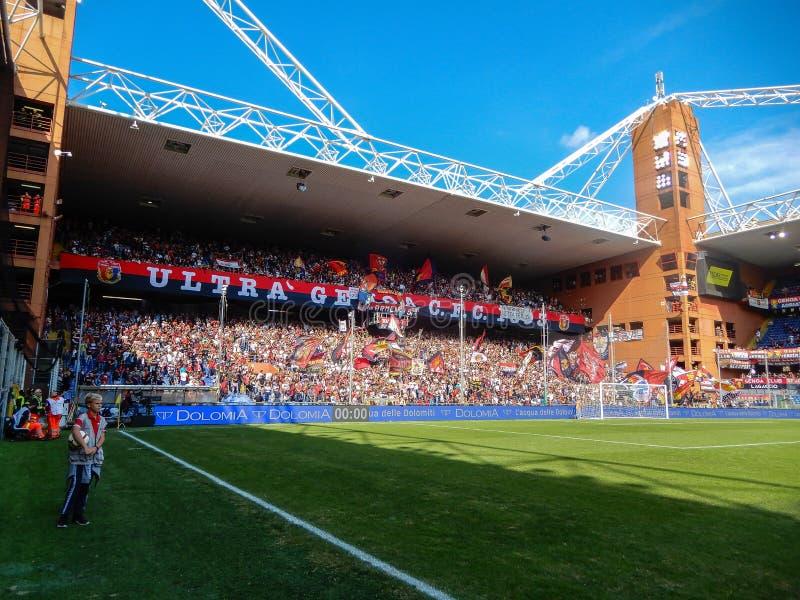 Crowdy ställningar under en fotbollsmatch av Genoa Cricket och fotboll klubbar 1893, i Luigi Ferraris Stadium av Genua, Genova It royaltyfri fotografi