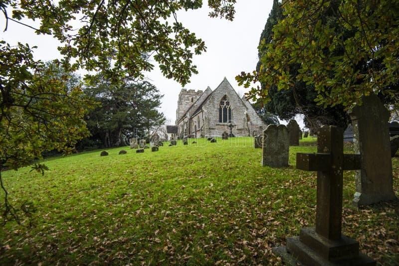 Crowhurst-Kirche, nordwestlich Hastings, Ost-Sussex, England - Haupt zu einiger alter Eibe, zu Stechpalme und zu Eichen stockbilder