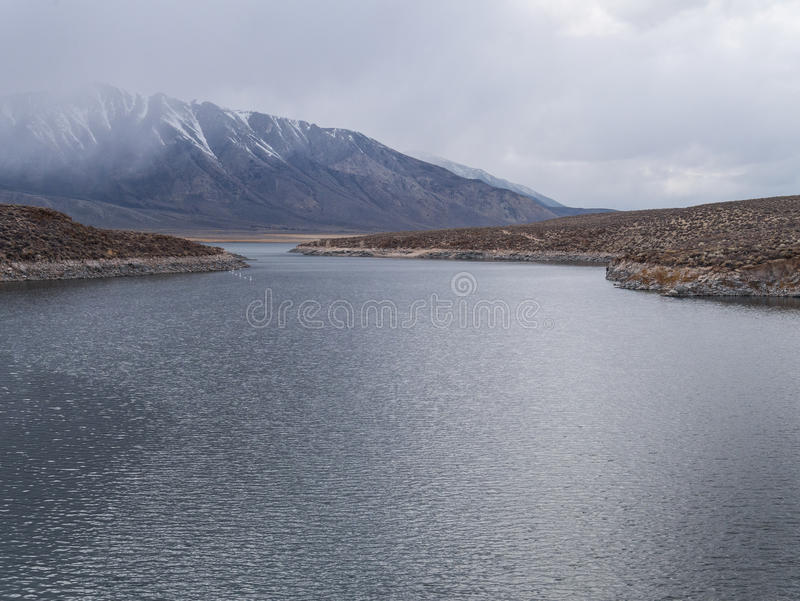Crowley See in der Ostsierra Nevada Range lizenzfreies stockfoto