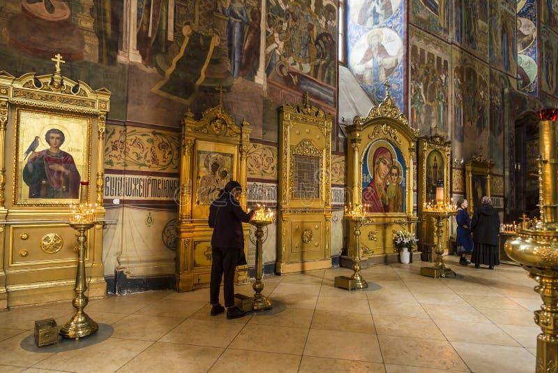 Croyants dans la cathédrale d'hypothèse de la trinité-Sergius Lavra, Sergiev Posad photos stock