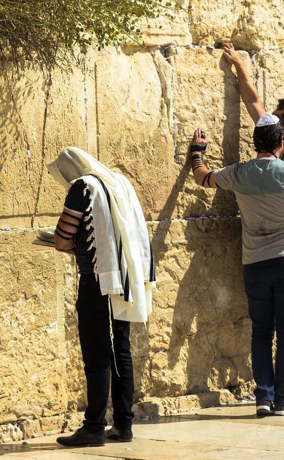 Croyants juifs non identifiés dans le tallith et le tefillin priant au mur pleurant un site religieux juif important photographie stock libre de droits