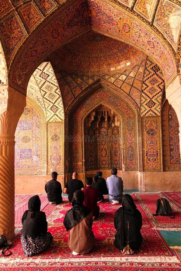 Croyants priant dans la mosquée, Isphahan, Iran photos libres de droits