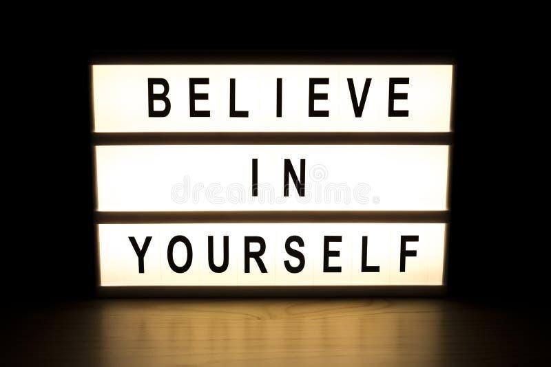 Croyez en vous-même le panneau de signe de caisson lumineux illustration stock