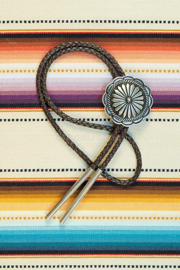 Cru Bolo Tie argenté sur le fond coloré photos libres de droits