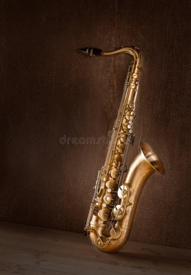 Cru d'or de saxophone de tenor de saxo rétro images libres de droits