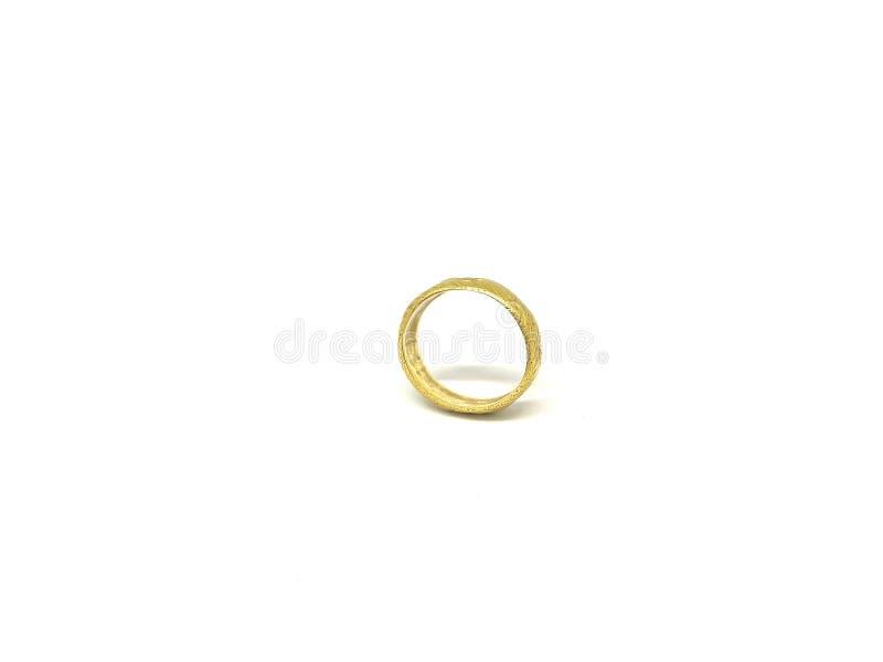 Cru d'isolat et anneau d'or classique, fond blanc images stock