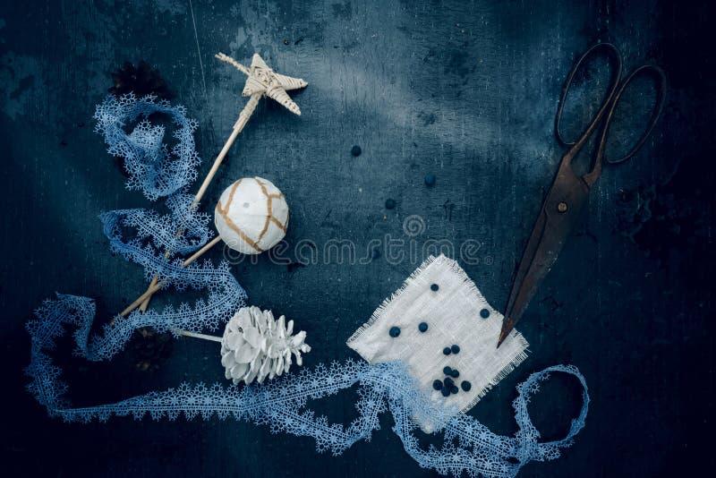 cru Des décorations de Noël - lacez, tenez le premier rôle, boule, bosse, vieux ciseaux Vue supérieure image libre de droits