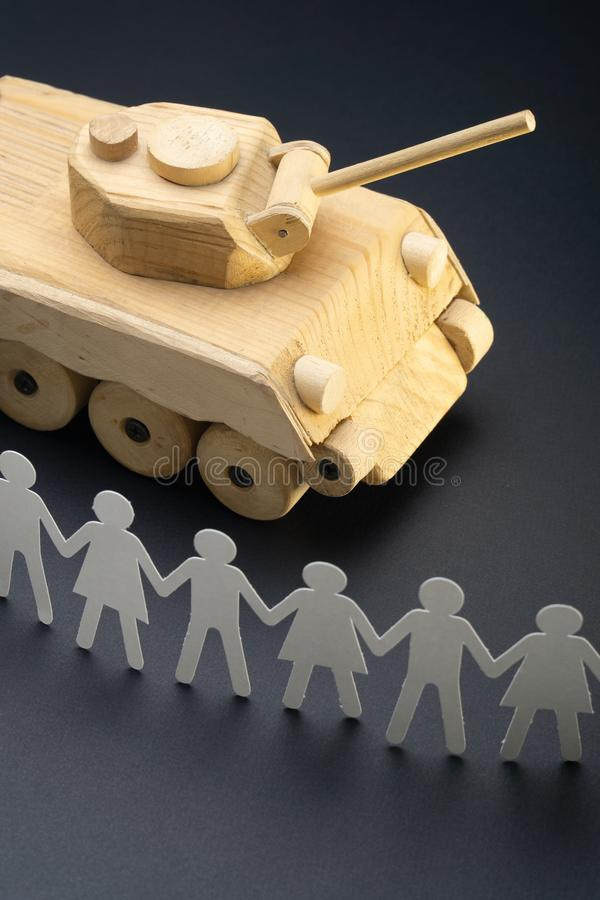 Cru des personnes de papier se rassemblant devant un réservoir Protestation, concept de jouet de démonstration Activisme, mouveme image libre de droits