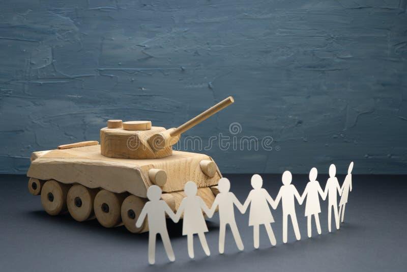 Cru des personnes de papier se rassemblant devant un réservoir Protestation, concept de jouet de démonstration Activisme, mouveme photographie stock libre de droits