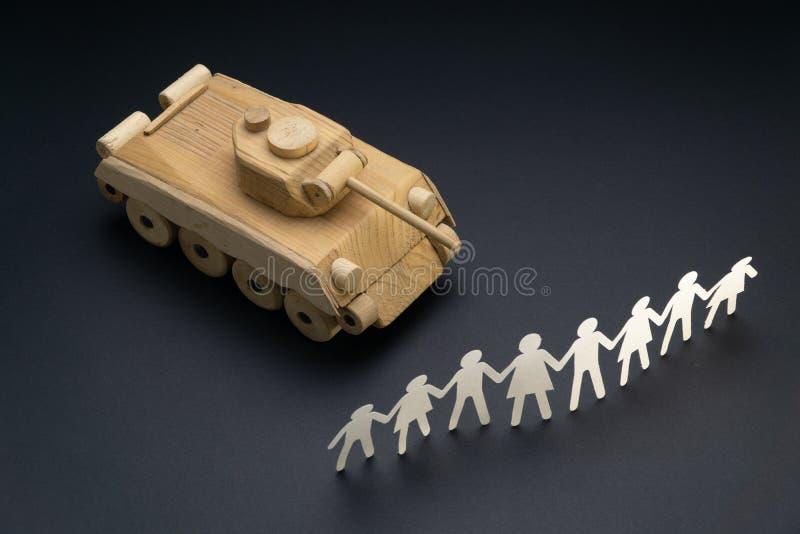 Cru des personnes de papier se rassemblant devant un r?servoir Protestation, concept de jouet de d?monstration Activisme, mouveme photo stock