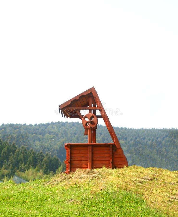 Cru en bois vieux bien Bien avec de l'eau photo libre de droits