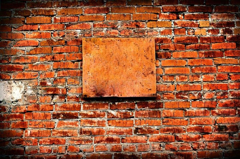 Mur de cru avec le conseil vide photos libres de droits