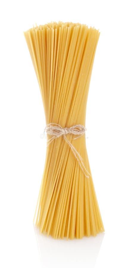 Cru longo dos espaguetes da massa isolado no branco fotos de stock