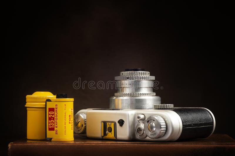 Cru 35mm caméra et film sur Brown avec l'espace de copie photo stock
