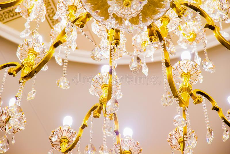 Cru, plan rapproché fascinant de lustre, fond à la mode et gentil photos stock