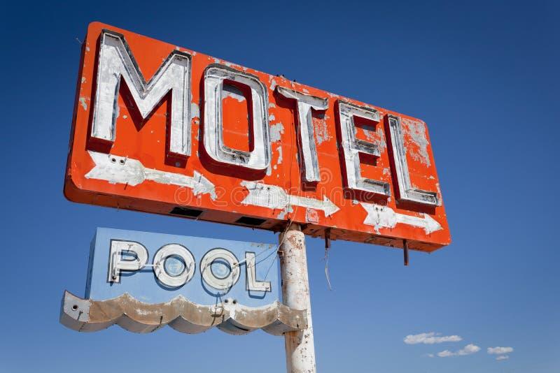 Cru, signe au néon de motel photographie stock libre de droits