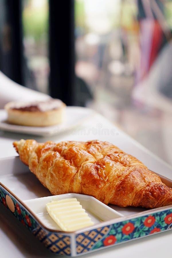 Cruasán del queso verde servido con mantequilla Una escena del restaurante para el fondo con el espacio de la copia fotos de archivo