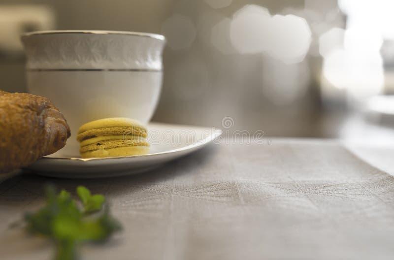 Cruasán delicioso con la taza de café foto de archivo libre de regalías