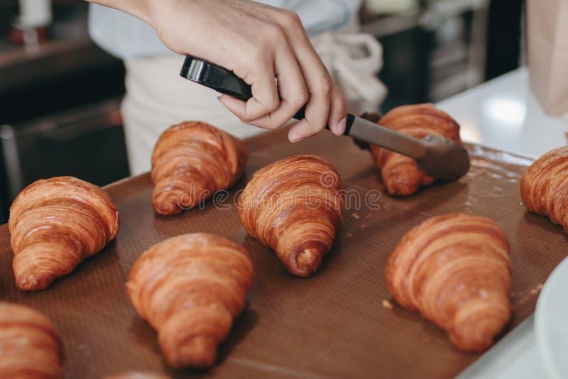 Cruasán fresco para el desayuno preparado foto de archivo