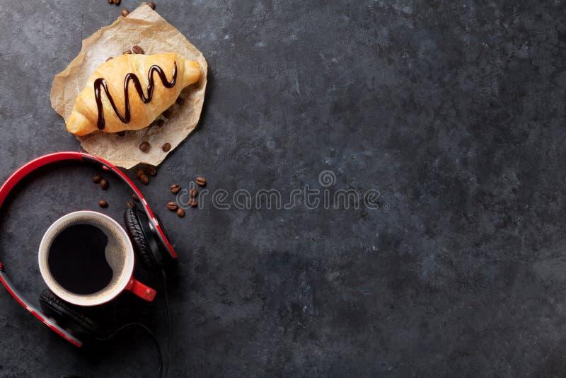 Cruasán hecho en casa fresco con el chocolate y el café foto de archivo libre de regalías