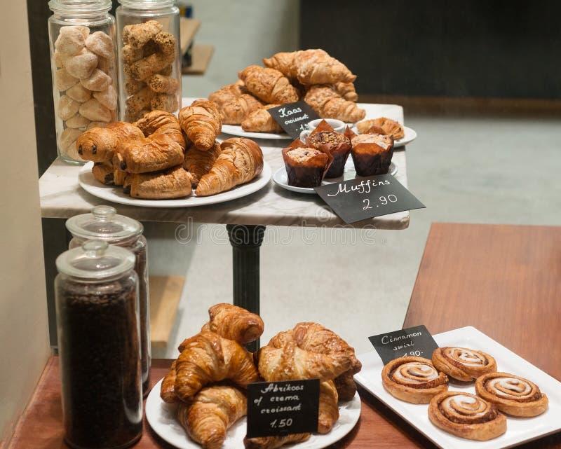 Cruasán y pasteles de la exhibición de la tienda de la panadería con precio imagen de archivo libre de regalías