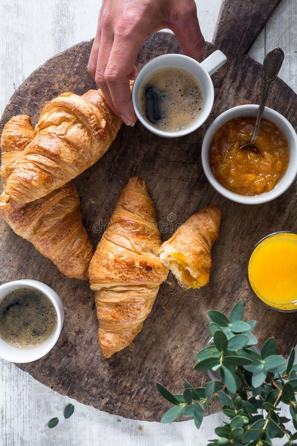 Cruasanes, café y zumo de naranja para el desayuno foto de archivo