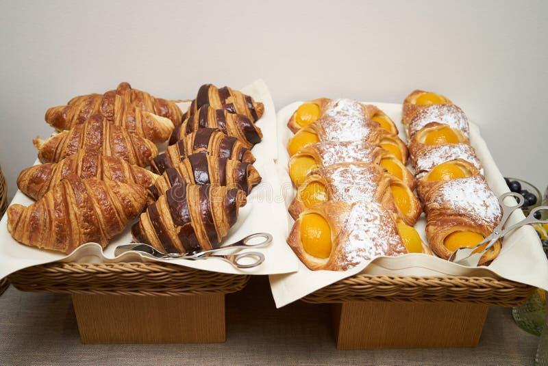 Cruasanes cocidos frescos, pasteles dulces, pasta de hojaldre fotos de archivo