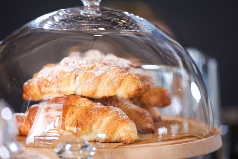 Cruasanes deliciosos en el tablero de madera en panadería imágenes de archivo libres de regalías