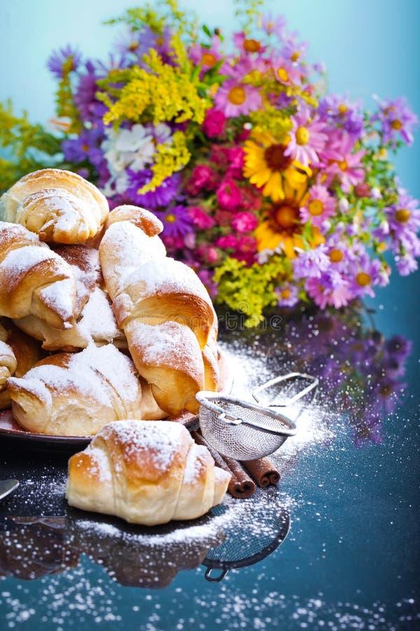 Cruasanes recientemente cocidos en la placa para el desayuno fotografía de archivo libre de regalías