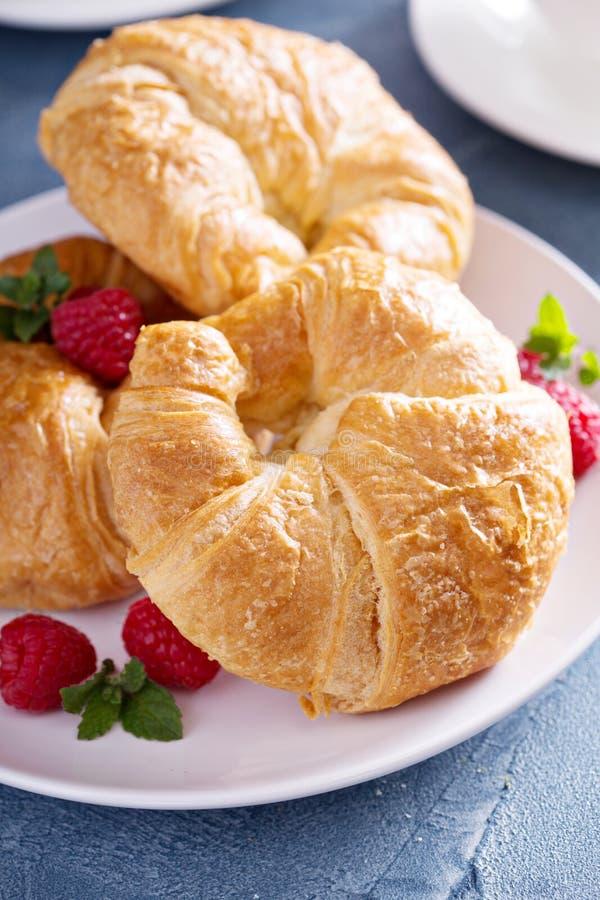 Cruasanes recientemente cocidos para el desayuno imagen de archivo libre de regalías